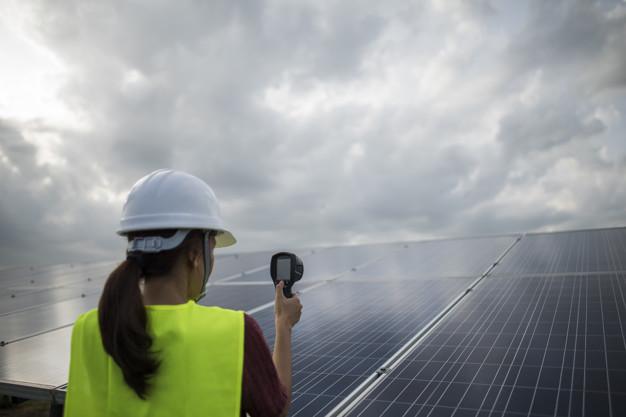 ¿Quién debe llevar a cabo el mantenimiento de las placas solares?